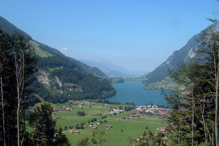 Pemandangan Pegunungan Alpen di Swiss. Di negara ini, makan pagi dikenakan biaya tambahan $22 di luar tarif kamar.