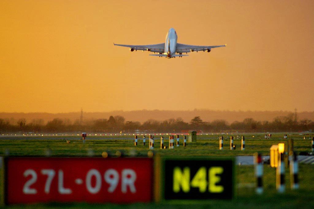 Sebuah pesawat lepas landas dari salah satu landasan di Bandara Heathrow.