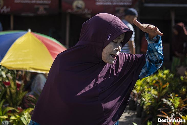 Warga berolahraga di kompleks Taman Hutan Kota, Palu, Sulawesi Tengah.