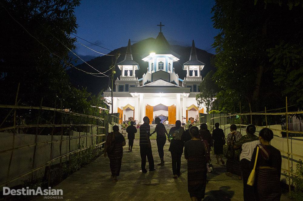 Suasana Misa pertama di pada hari pertama minggu Paskah, Rabu Trewa, di Larantuka.