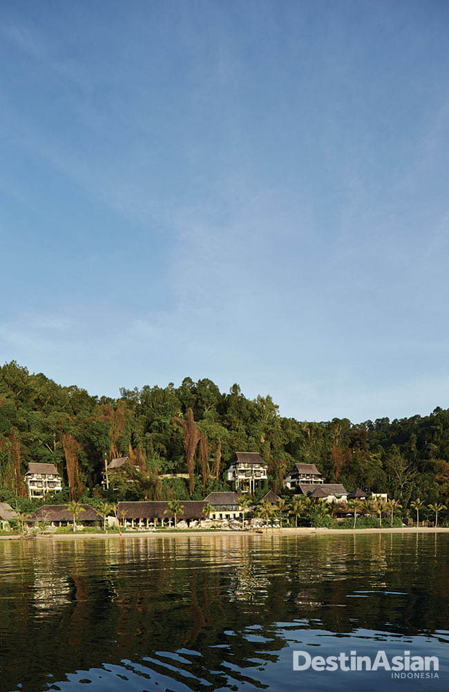 Gaya Island Resort dengat latar belakang hutan rimbun.