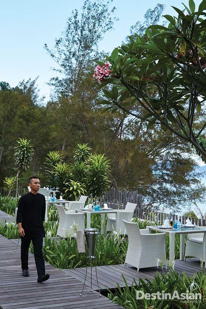 Area makan yang berada di tepi pantai.