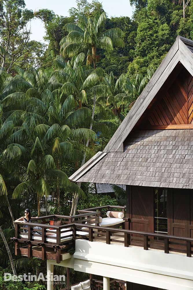 Menatap indahnya alam dari balkon privat.