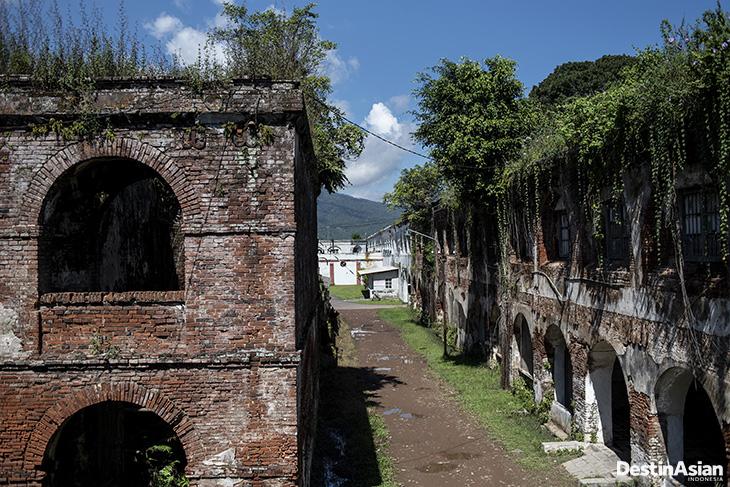 Benteng Pendem memiliki arti pendam atau tak terlihat musuh karena terpendam tanaman.