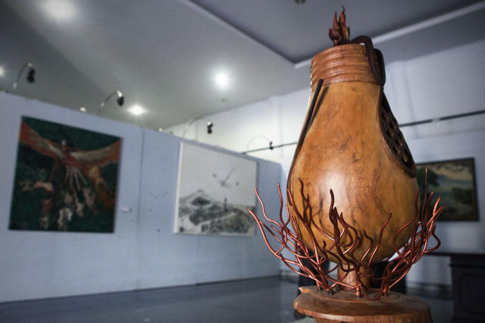 Sebagian karya seni yang dipajang pada acara Sumatera Binnale di Taman Budaya Sumatera Barat, Padang.