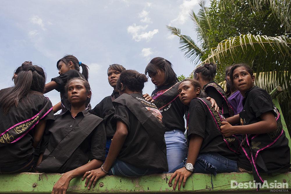 Para wanita muda yang ikut dalam arak-arakan Semana Santa.