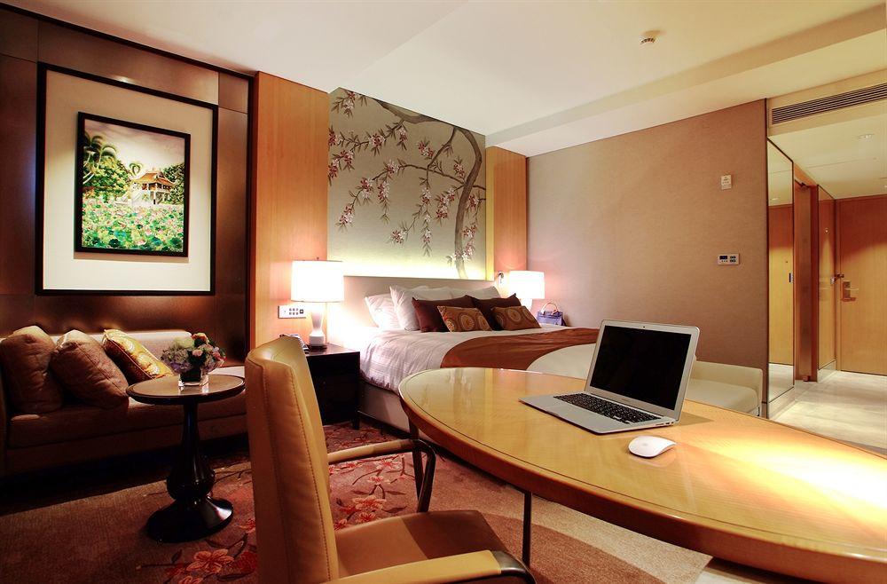 Kamarnya bergaya modern dengan sentuhan tradisional Vietnam.