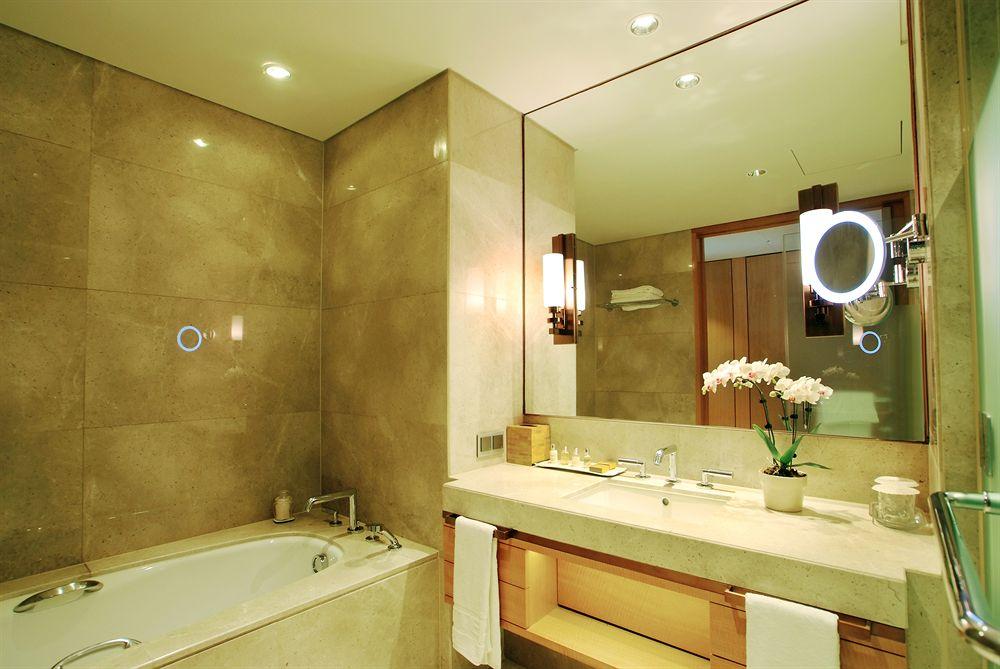 Kamar mandi luks berbalut marmer premium.