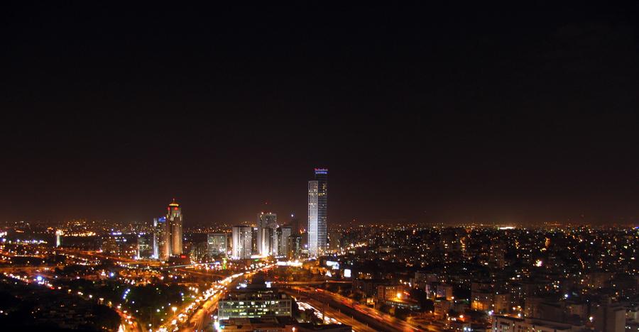 Pemandangan kota Tel Aviv di malam hari.