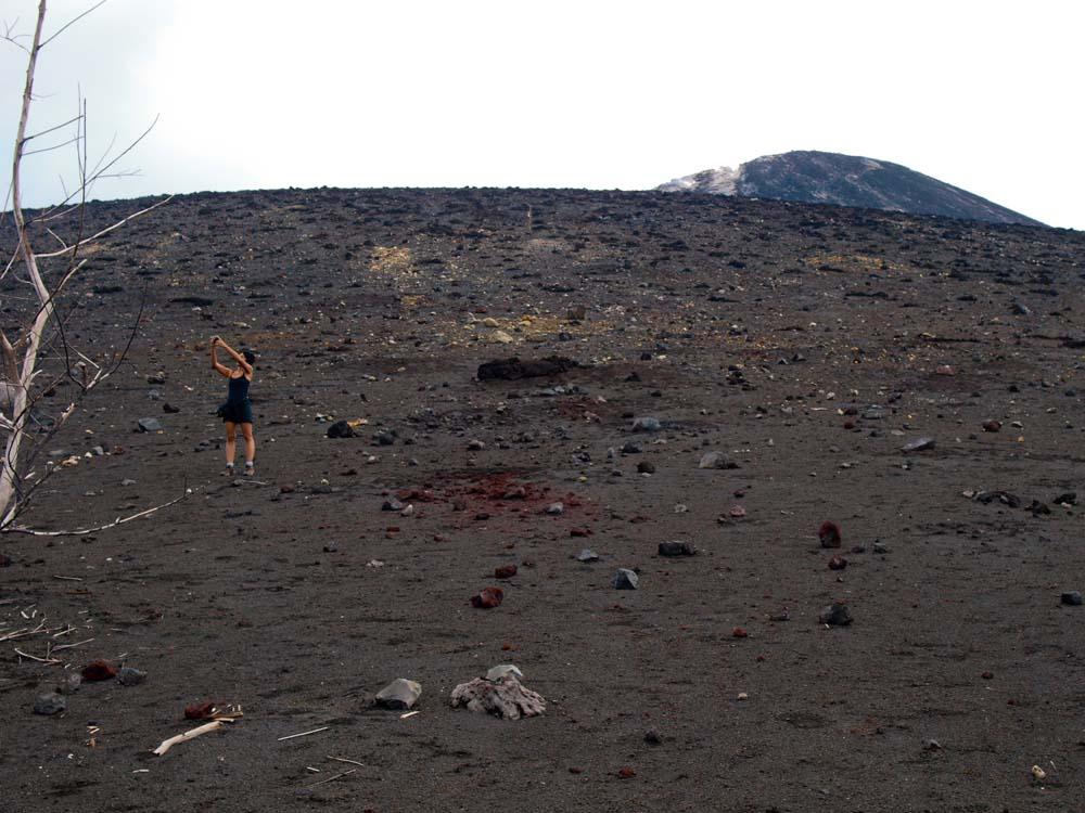 Lereng curam Krakatau dengan pasir yang gembur.