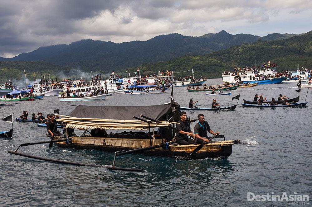 Para pendatang dari luar kota pun membanjiri Larantuka untuk mengikuti prosesi.