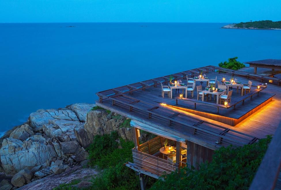 Dining on the Rocks di Six Senses Samui menawarkan santap malam di bawah taburan bintang.
