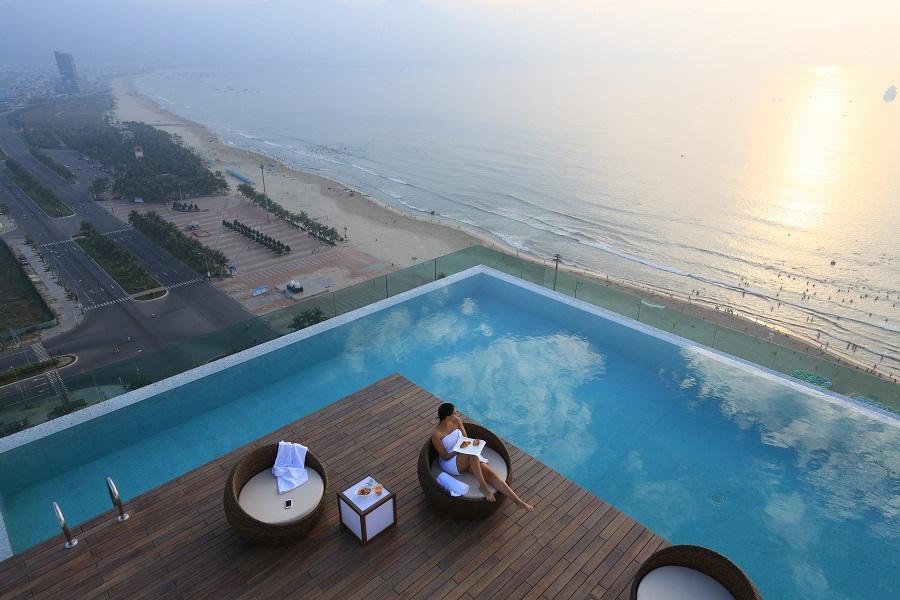 Kolam renang rooftop yang pertama di Vietnam.