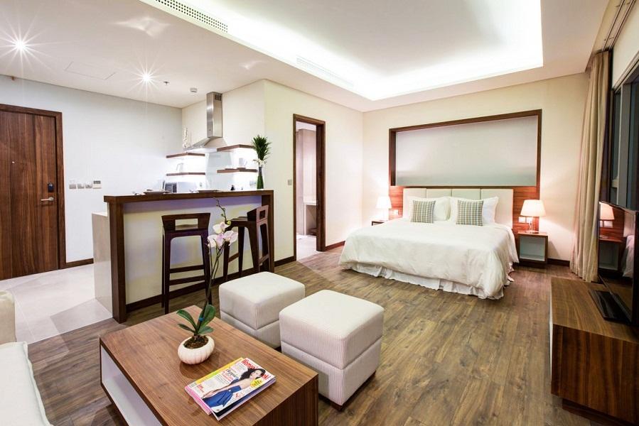 Desain kamarnya mengusung gaya modern minimalis.