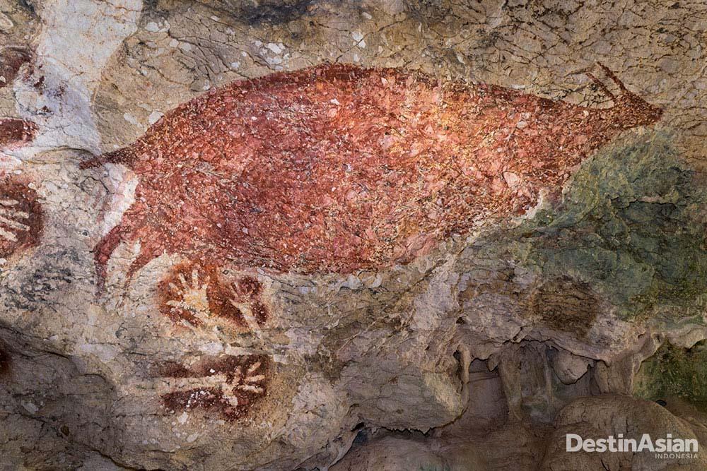 Lukisan rusa dan cap tangan di Gua Sumpang Bita.