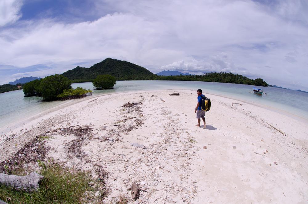 Turis di salah satu pantai berpasir putih di Lampung.