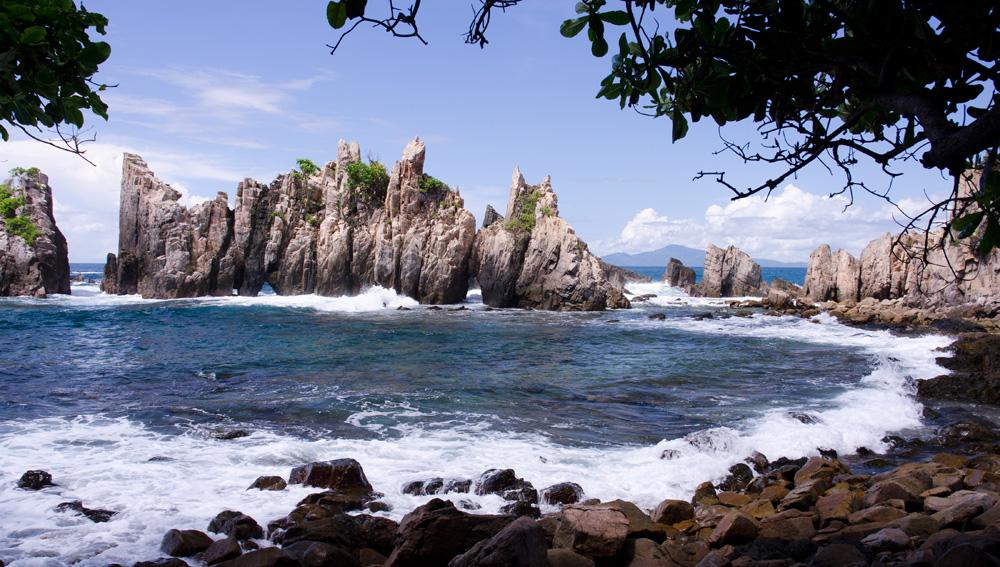 Karang Gigi Hiu, salah satu obyek wisata pesisir di Lampung.