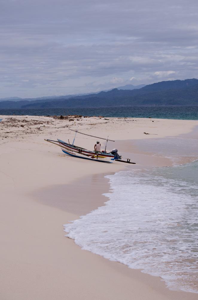 Pantai yang masih jarang dijamah manusia di Pulau Pisang.
