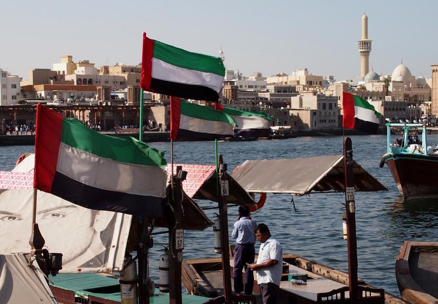 Abra (kapal tradisional) bersandar di Dubai Creek.