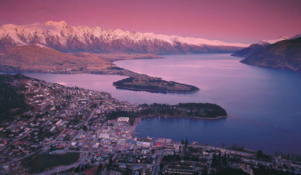 Kota Queenstown nampak dari angkasa. Foto: Tourism New Zealand.