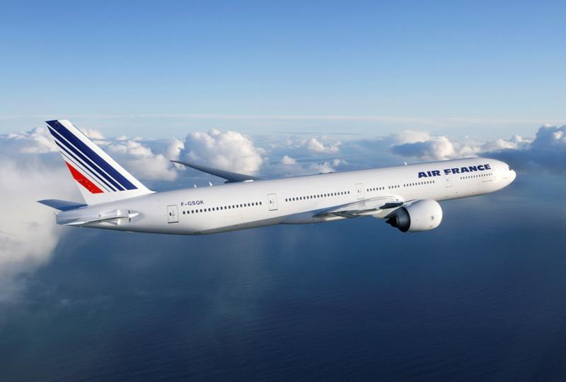 Rute Jakarta-Paris via Singapura dilayani tiap hari menggunakan Boeing 777-300ER.