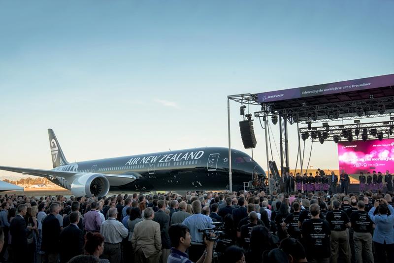 Upacara pengiriman pesawat yang disaksikan staf Boeing.
