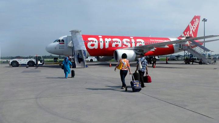 Penumpang menuju pesawat AirAsia di Bandara Kualanamu, Medan. (Foto: AirAsia Indonesia)
