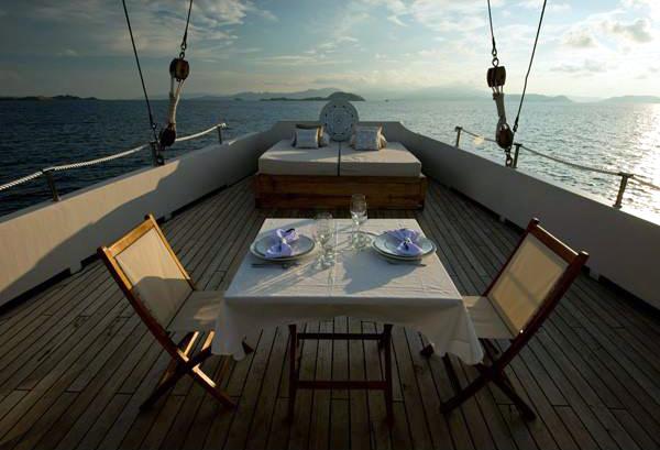 Makan malam privat di dek beratapkan langit.