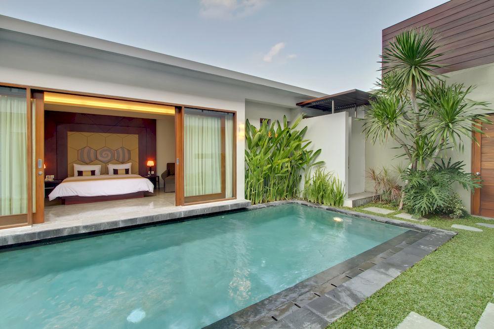 Akomodasi tipe vila masing-masingnya dilengkapi kolam privat.