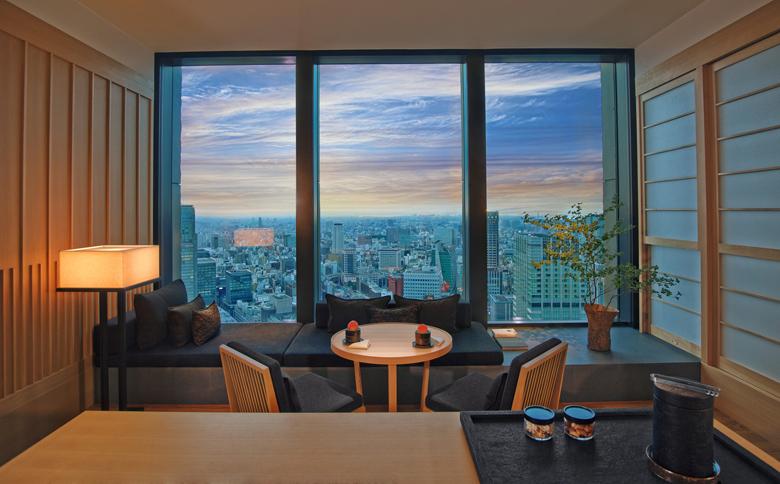 Kamar tipe Suite dengan ruang tamu dan pemandangan spektakuler.