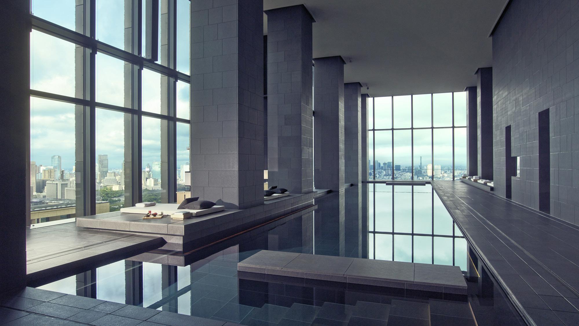 Kolam renang indoor sepanjang 30 meter.