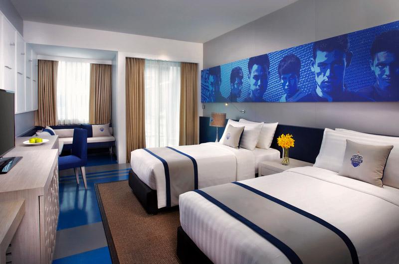 Kamar tipe Deluxe dengan gambar-gambar pemain Buriram United.