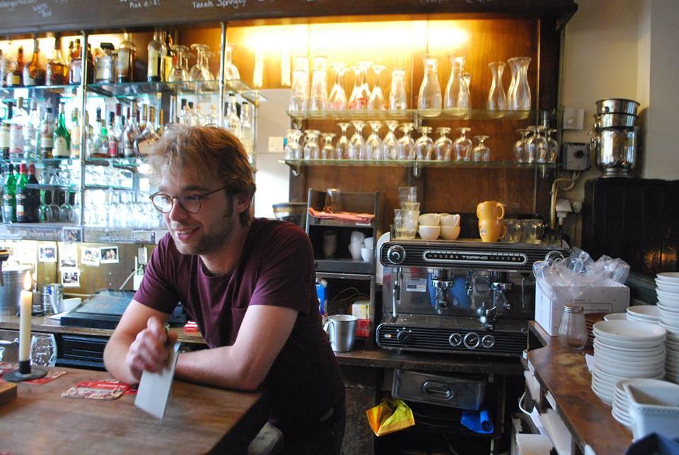 Daan, barista sekaligus pemilik Cafe de Prins, salah satu kafe yang disinggahi tur. Camilan pofertjes menjadi primadona di sini.