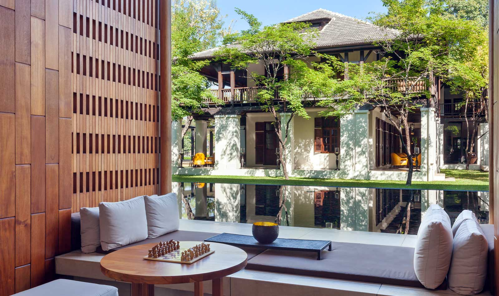 Lobby Lounge dengan pemandangan rumah kolonial.