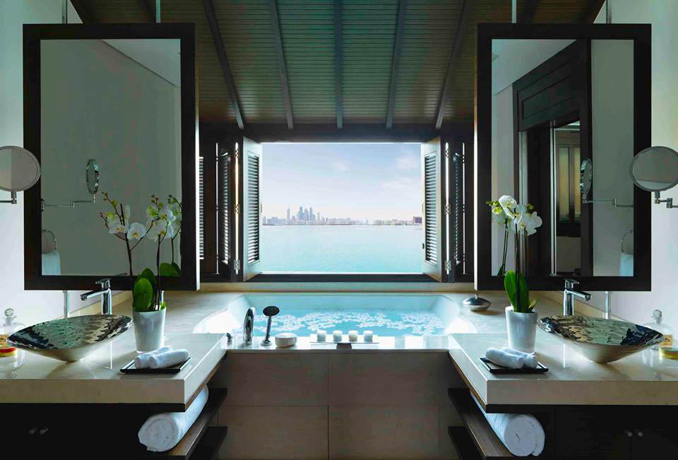 Kamar mandi dengan pemandangan kota Dubai.