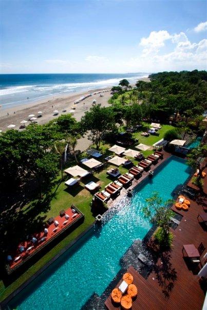 Area kolam renang Anantara Seminyak Bali Resort & Spa dilihat dari atas.