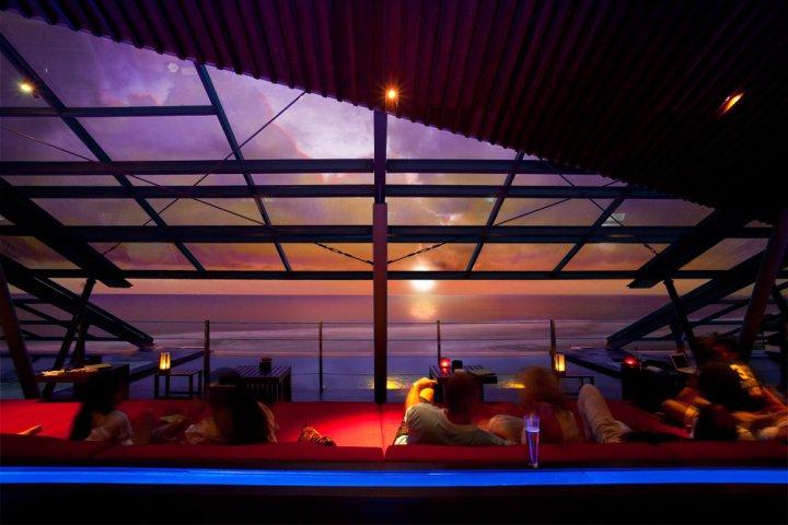 Pemandangan matahari terbenam dari S.O.S. Supper Club, kafe dan restoran rooftop di Anantara Seminyak.