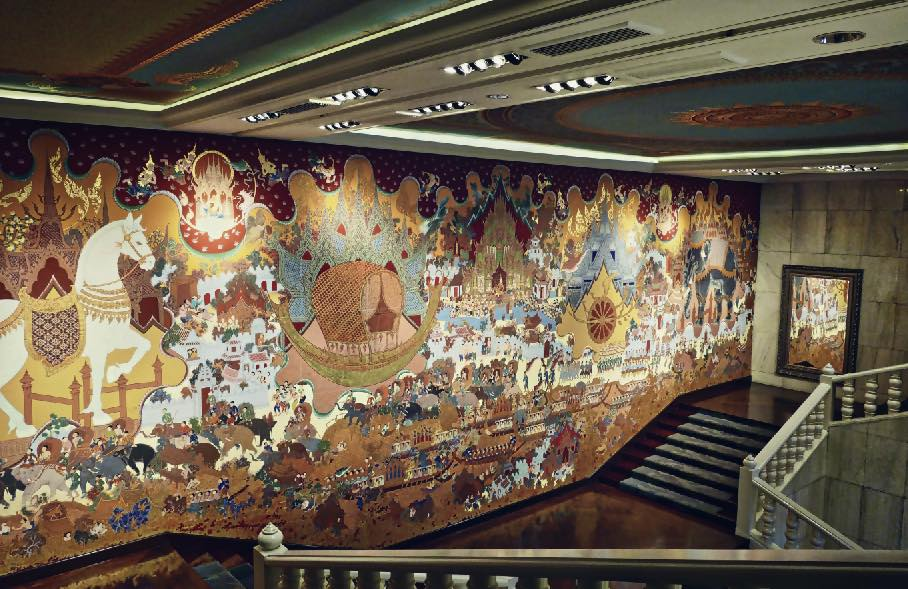 Lukisan dinding masif di salah satu sudut hotel.