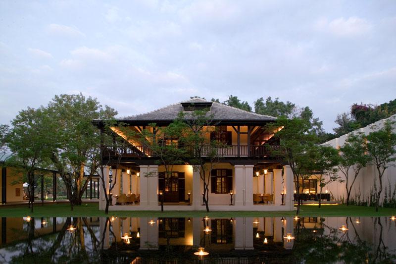 Colonial House, restoran dan bar yang menempati bangunan uzur.