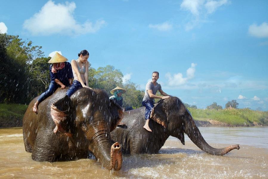 Bermain bersama gajah di Anantara Golden Triangle.