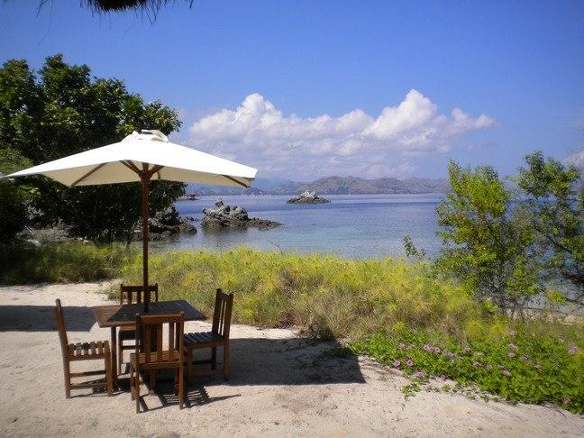Pantai milik Angel Island Resort. Tamu bisa snorkeling atau bermain kayak di sini.