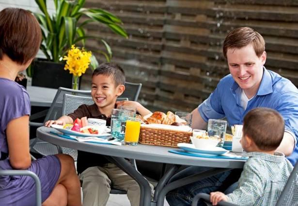 Terrace@AquaMarine tawarkan ruang makan bergaya semi outdoor.