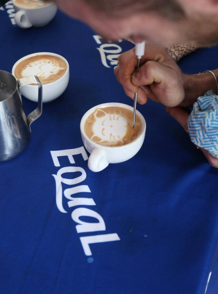 Belajar seni menghias minuman latte. (Foto: The Rocks)