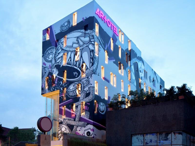 Gedung Artotel Jakarta dengan desain modern dan dibalut mural karya seniman Darbotz.