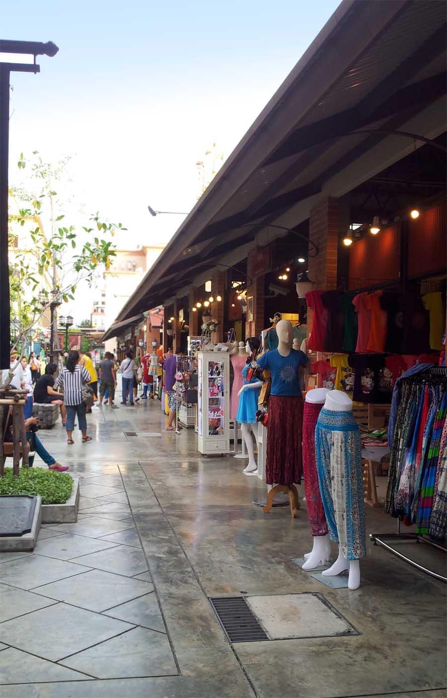 Pakaian menjadi produk jualan utama di Asiatique.
