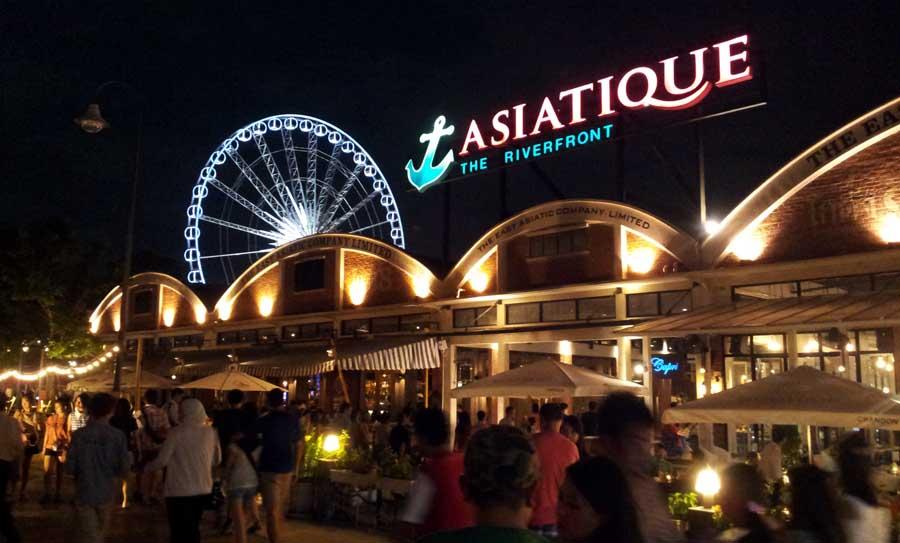 Asiatique sangat ramai di malam hari.