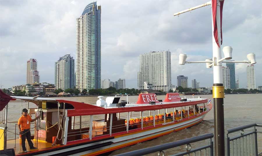 Kapal yang siap mengangkut pengunjung dari stasiun BTS ke Asiatique.