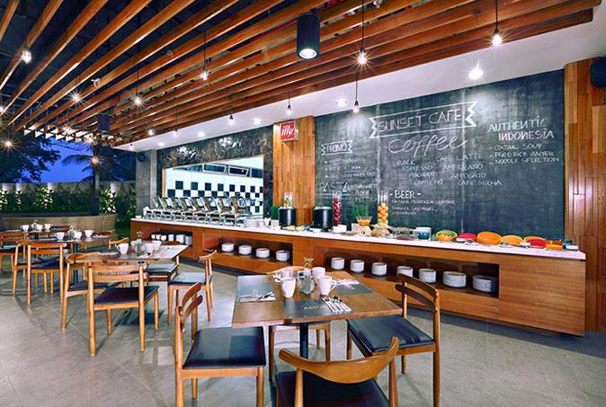 Restoran Sunset Cafe yang menawarkan menu internasional.