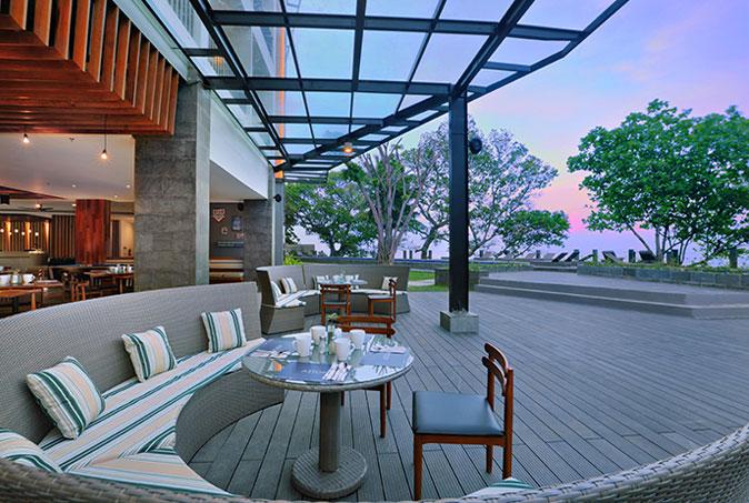 Sunset Terrace yang bisa dijadikan tempat bersantai sambil menikmati pemandangan matahari terbenam.