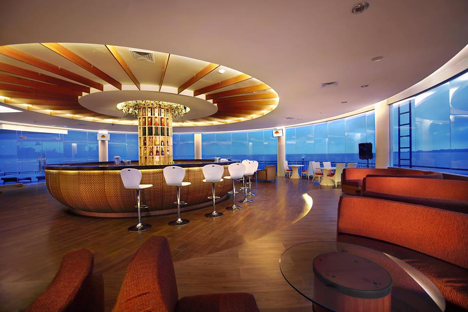 Sunset Bar yang menyajikan pemandangan sunset.